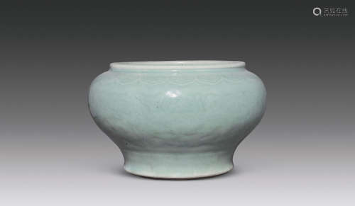 清中期 青釉凸花缠枝花卉纹案缸