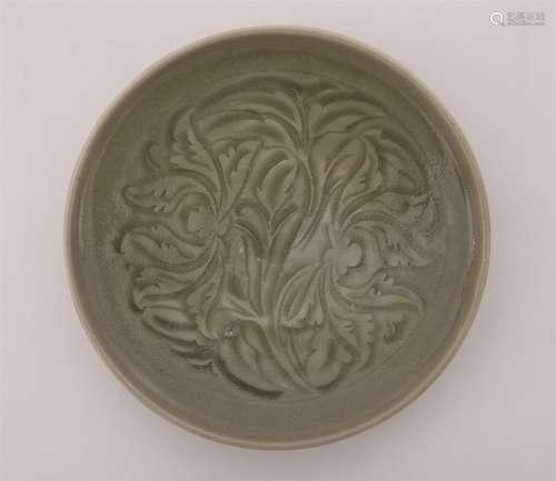 青瓷剔花卉牡丹纹盘