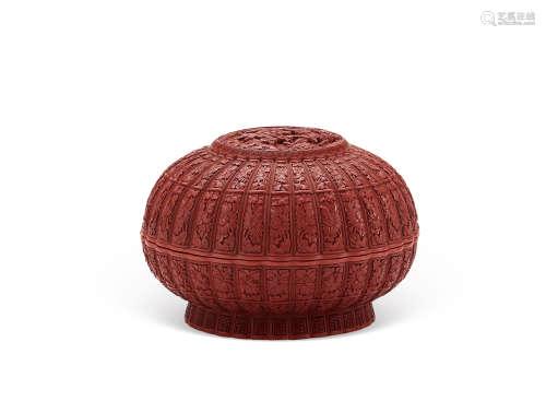 清乾隆 剔红菊瓣宝盒