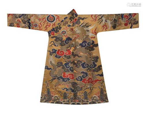 清 杏黄地织金妆花龙纹藏袍