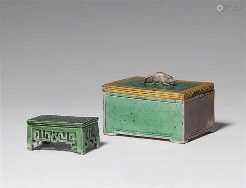 A émail sur biscuit miniature desk and a covered box. Kangxi period (1662-1722)