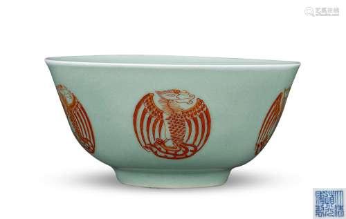 清 豆青釉矾红团凤纹碗