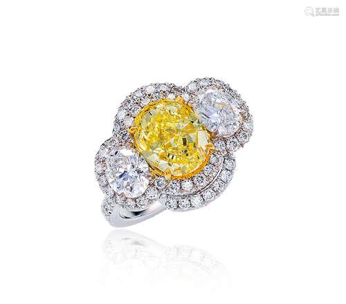 约2.2克拉彩黄色VS2净度钻石配钻石戒指