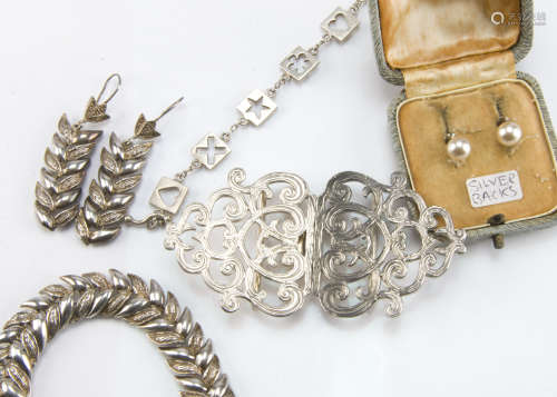 A group of silver and white metal jewellery