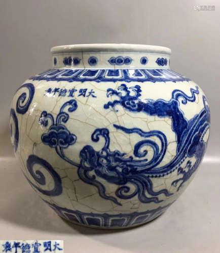 A BLUE&WHITE DRAGON PATTERN JAR