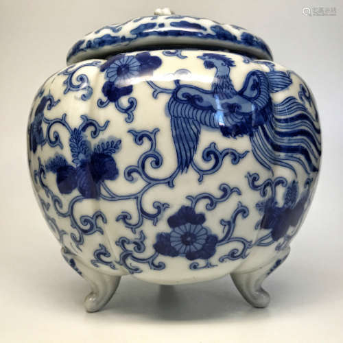A BLUE&WHITE PHOENIX PATTERN THREE-FOOT COVERED JAR
