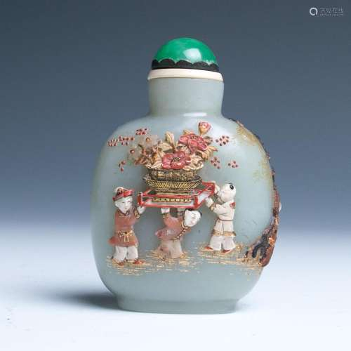 19TH CENTURY AN EMBELLISHED JADE SNUFF BOTTLE