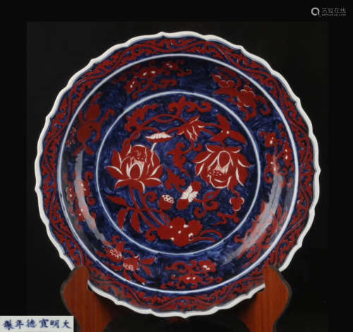 A BLUE AND RED FLORAL PATTERN CHARGER