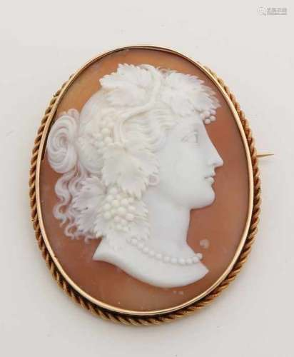 Large yellow gold brooch, 585/000, engraved with a beautiful carved shell caramel 9: Cut by