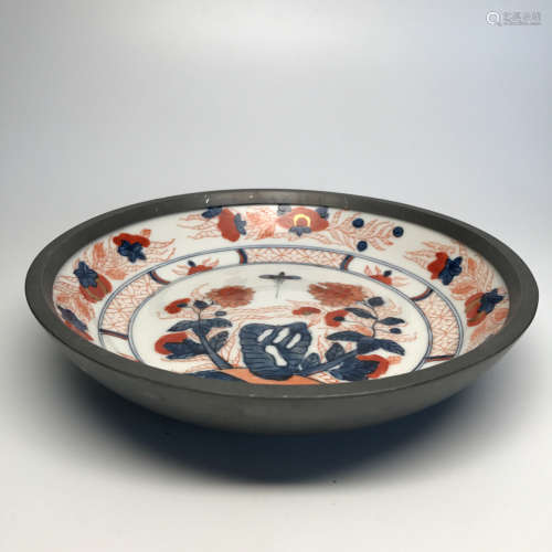 A RED GLAZED FLORAL PATTERN BLUE&WHITE PLATE