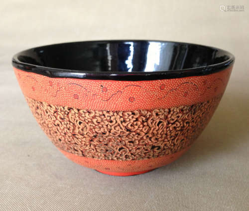 A FLORAL PATTERN BOWL WITH LACQUER