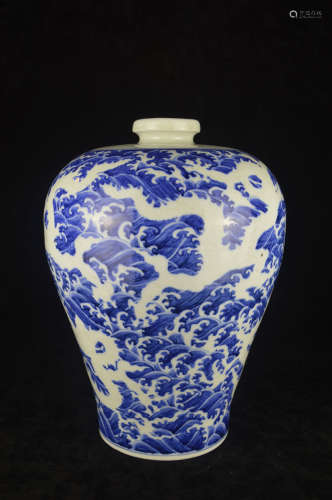 A BLUE AND WHITE DRAGON PATTERN MEI VASE