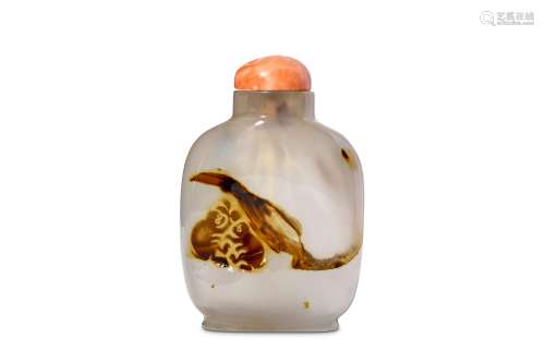 A CHINESE SILHOUETTE AGATE 'MONKEYS' SNUFF BOTTLE.