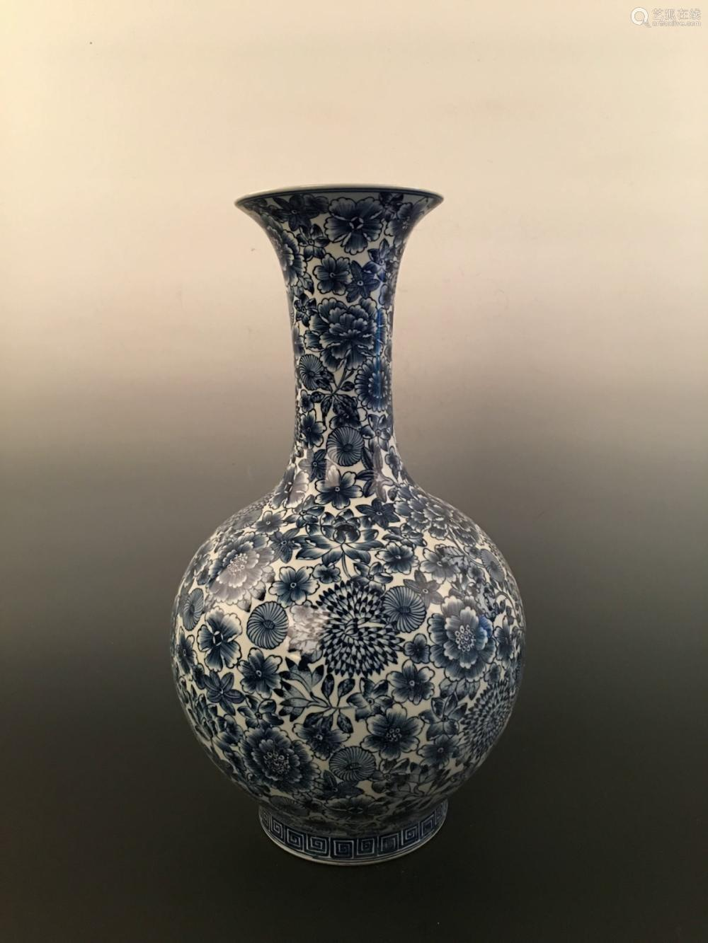 Chinese Blue& White Flowers Vase