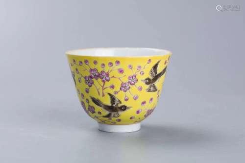 黄地粉彩喜鹊登枝纹杯