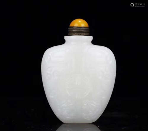 A HETIAN JADE CARVED SNUFF BOTTLE