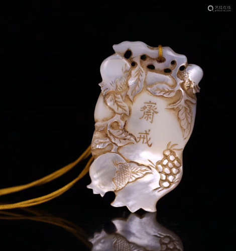 17TH-19TH CENTURY, AN OLD MOTHER-OF-PEARL FAST PENDANT, QING DYNASTY