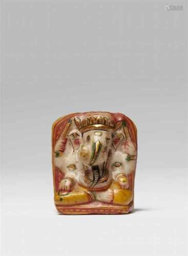 Kleine Votivstele eines Ganesha. Alabaster, bemalt. 20. Jh.Im Meditationssitz, in den Haupthänden