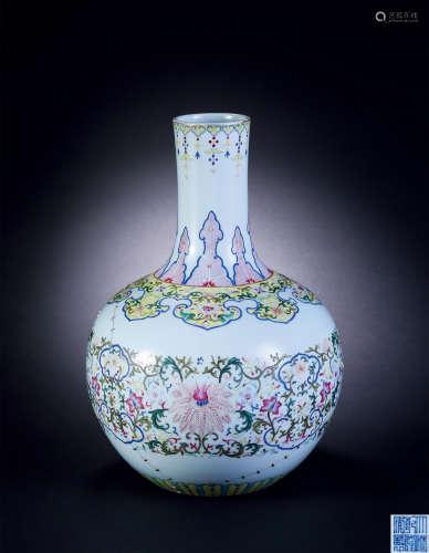 清 粉彩缠枝花卉小天球瓶