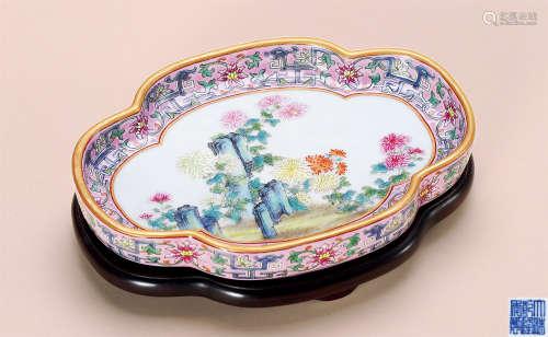 清乾隆 粉彩菊石图海棠洗