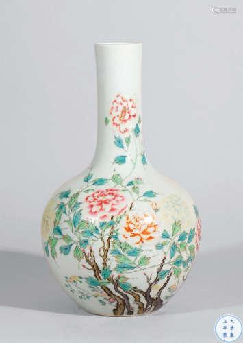 清雍正 粉彩花卉纹天球瓶