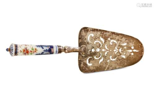 A MEISSEN CUTLERY HANDLE MOUNTED WITH A STERLING SILVER CAKE SLICE