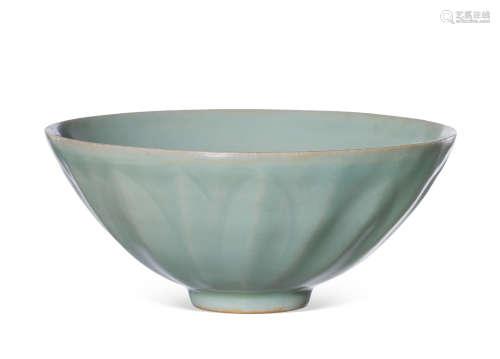 龙泉窑粉青釉莲瓣纹碗