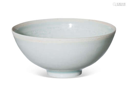 湖田窑青白釉海水鱼纹小碗
