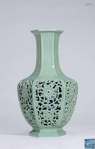清乾隆 外粉青釉浮雕芭蕉叶镂空缠枝花卉纹内青花六方套瓶