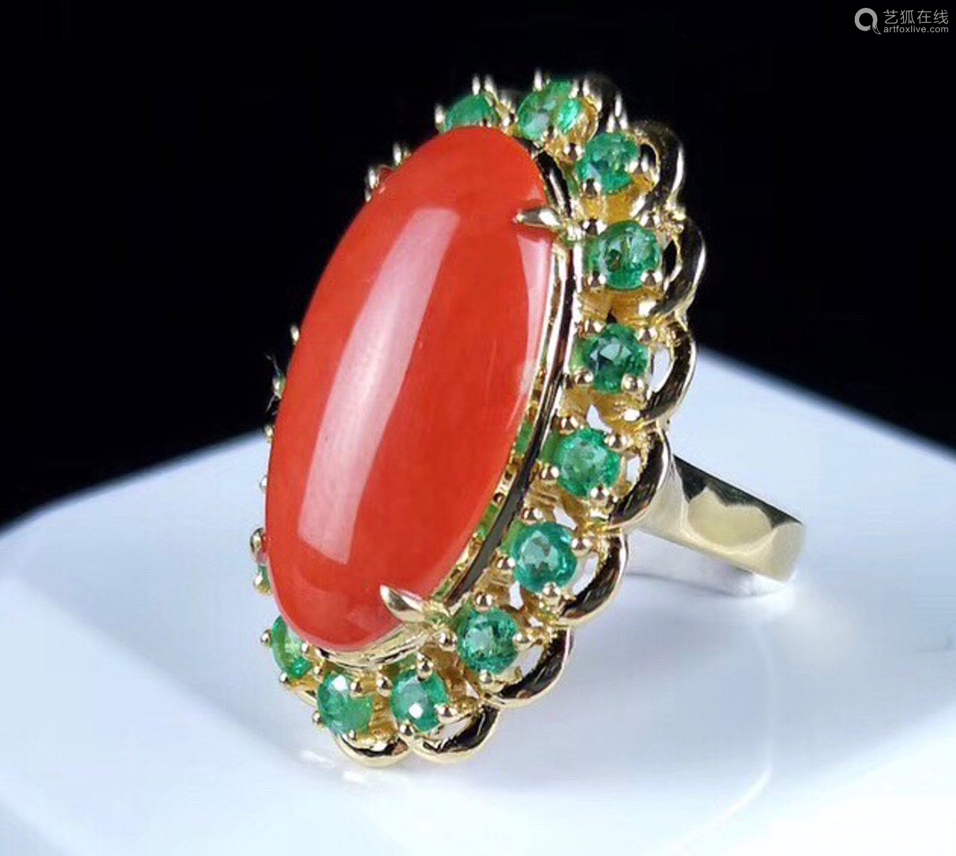 A 18K GOLD MOMO CORAL EMERALD RING