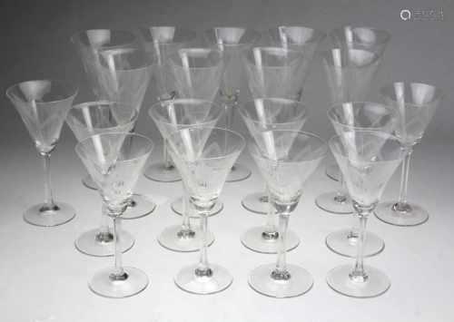 2 Sätze Sekt- u. Weinkelchefarbloses Glas, Trichterkuppa von Hand mit gezacktem Streifendekor in 6-