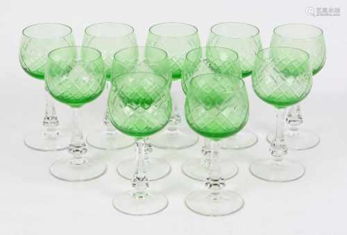 Satz Weinkelchegrüne bauchige Kuppa mit Rautendekor, auf facettiertem Klarglasschaft u. Scheibenfuß,