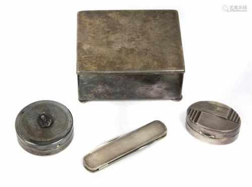 Schatulle u. 2 Pillendosen u.a.Metall versilbert, eckige mit Hammerschlag verzierte Schatulle auf