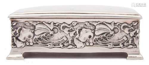 An Edward VII silver cigarette box, maker Joseph Rogers & Sons, Sheffield,
