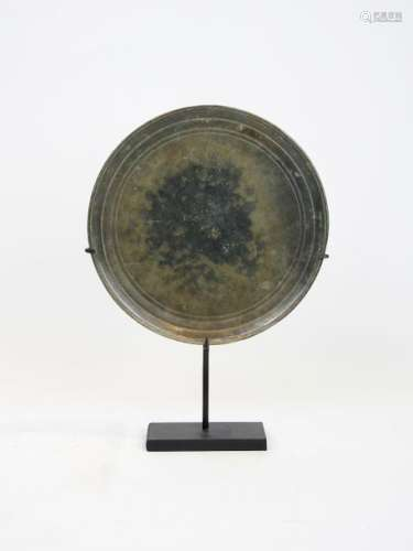 Cambodge, XVIe s.  Miroir khmer. Bronze à patin...