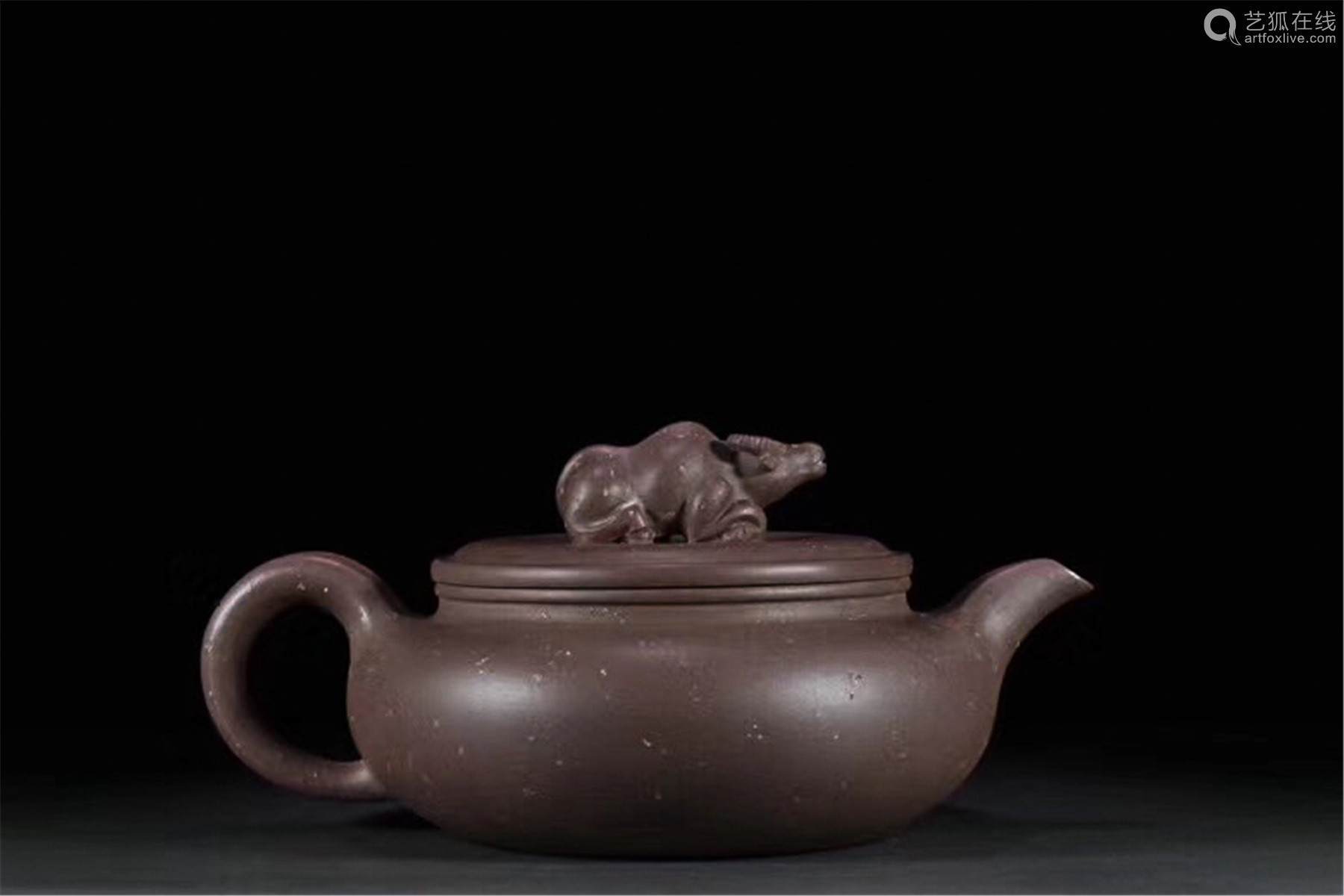 A COW DESIGN FLAT COVER TEAPOT