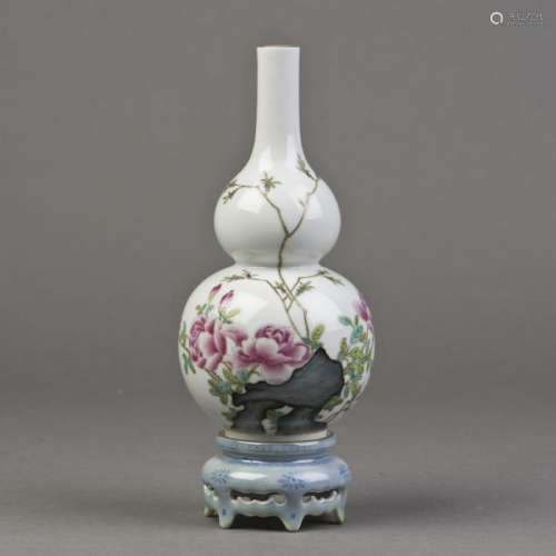 A FAMILLE ROSE PORCELAIN VASE OF GOURD FORM