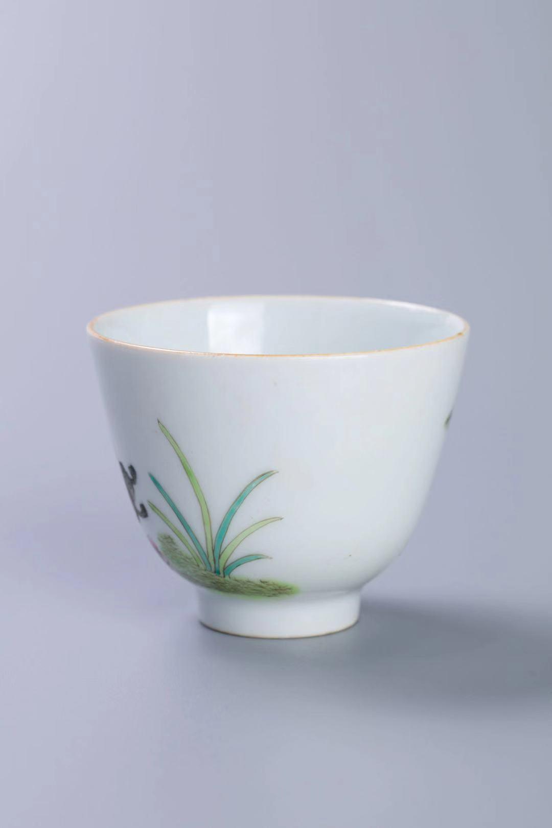 粉彩花蝶纹杯