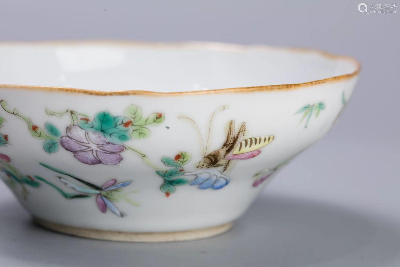 北京市文物公司旧藏 清中期 粉彩草虫花卉折腰花口碗