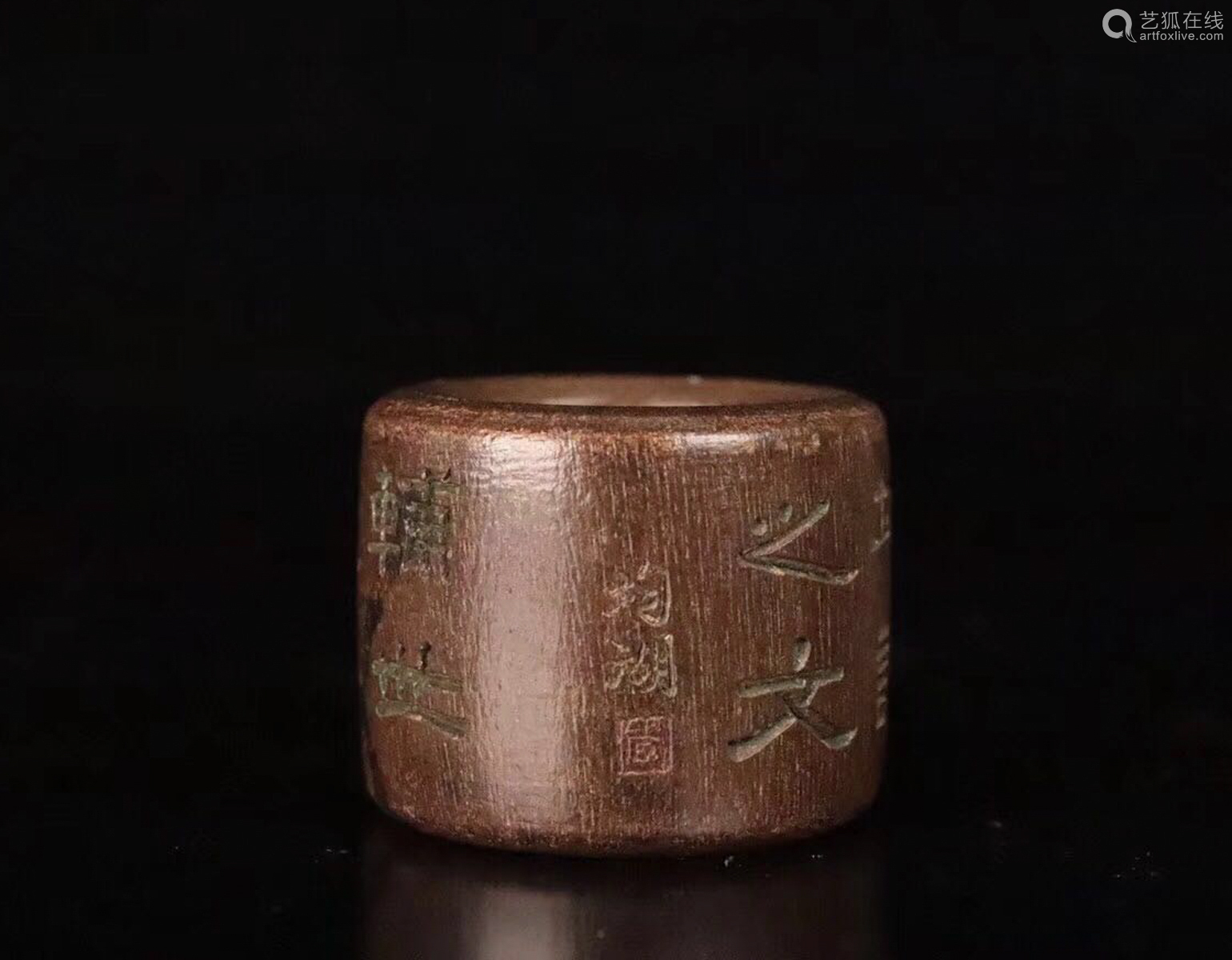 AN OLD CHENXIANG WOOD CARVED THUMB RING