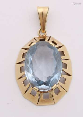 Large yellow gold pendant, 585/000, with blue spinel.