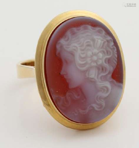 Yellow gold ring, 585/000, with a fine cut oval agate