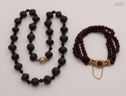 necklace and bracelet with garnets with a yellow gold