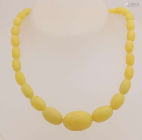 Necklace with oval-shaped beaded copal with a