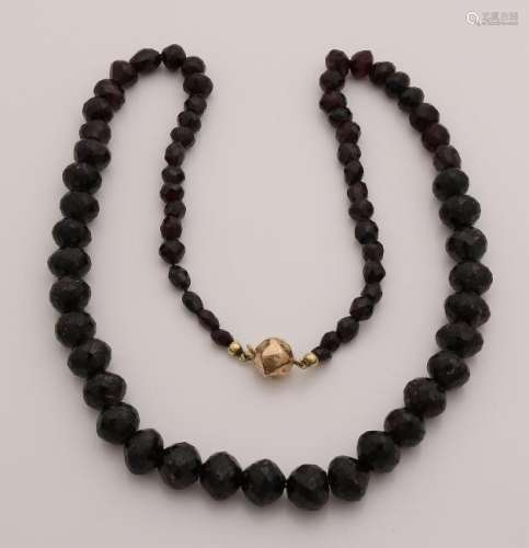 Necklace of grenades with yellow gold clasp. Flared