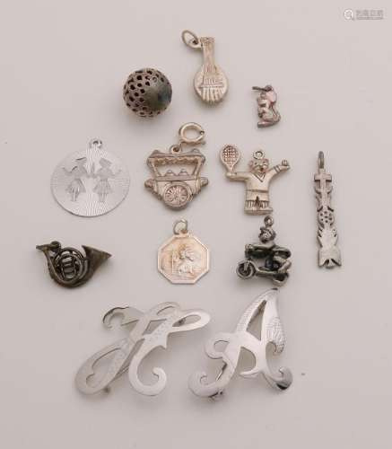 Lot with 10 silver charms and 2 letter brooches. total