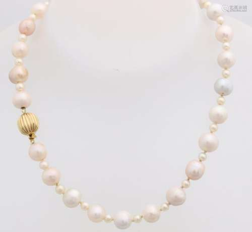 Necklace of freshwater and cultic pearls, multicolour,