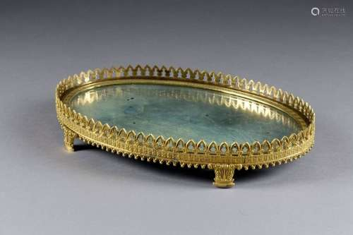Milieu de Table de style Troubadour. A galerie for…