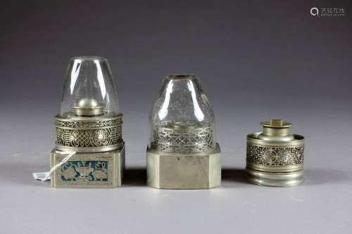 Trois Lampes à Opium. Maillechort orné de motifs a…