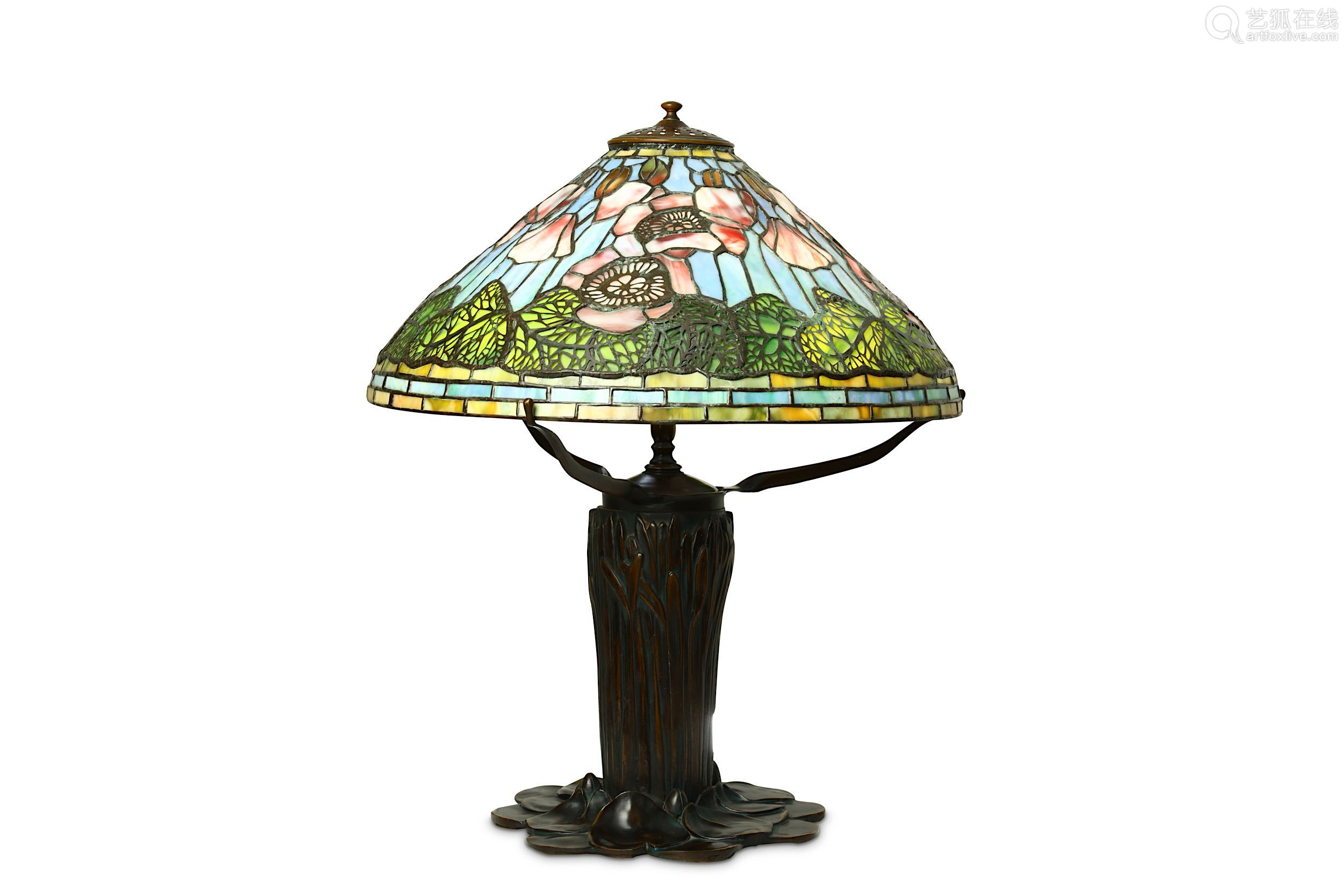 A TIFFANY STYLE BRONZE TABLE LAMP.